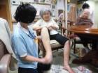 浮腫のある方の下肢のマッサージを行い、血流促進を行っています(*^^*)