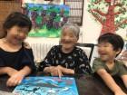 職員の子供たちと仲良く絵本を見ています(*^_^*)