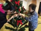 一緒にクリスマスツリーの飾り付け♪皆さんとても綺麗に飾り付けてくださいました☆