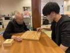 利用者様と将棋で対決!真剣です!